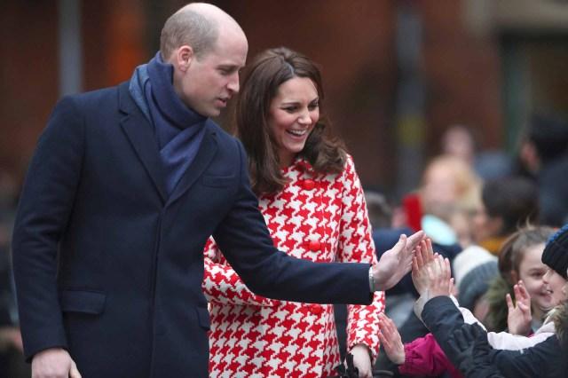 Los duques de Cambridgesaludando a sus pequeños fanáticos durante un evento oficial