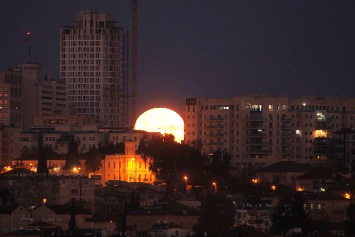 La luna se pone detrás de la ciudad de Jerusalén el 31 de enero de 2018