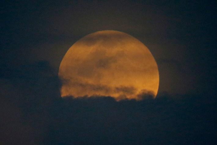 La superluna desde la ciudad de Legazpi, Filipinas