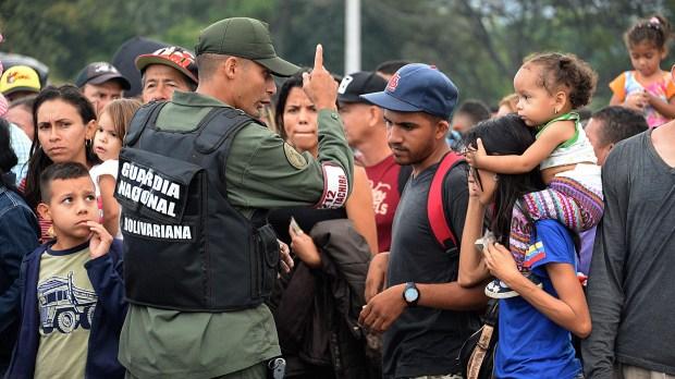 La Guardia Nacional intenta contener el aluvión de venezolanos que pugna por cruzar el puente Simón Bolívar rumbo a Colombia(AFP)