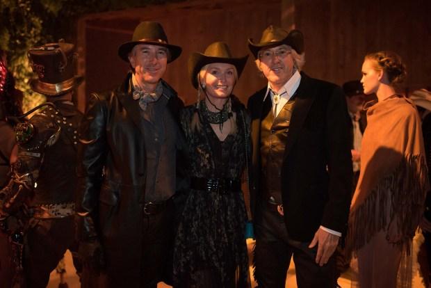 Alejandro Roemmers junto a su hermano Pablo y Catherine Roemmers, con vestimentas alusivas a la fiesta Far West
