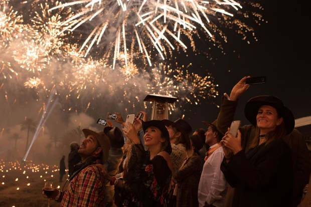 Los invitados no dudaron en retratar con sus celulares el espectáculo lumínico en el cielo