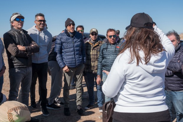 Alajandro Roemmers con su hermano Pablo y amigos en el desierto de Agafay