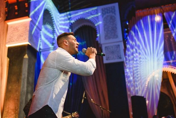 El cantante Marko Silva actuando en el salón de mármol azul