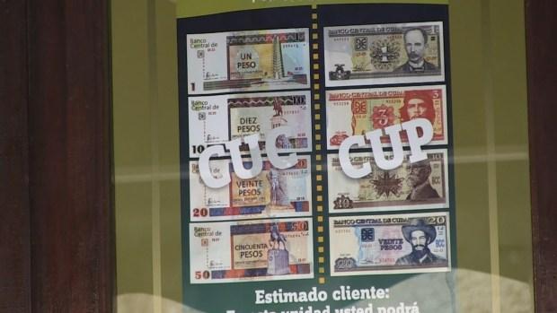 Una casa de cambio en La Habana muestra diferentes billetes de CUC y CUP