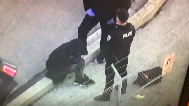 Una persona fue detenida tras embestir con su automóvil contra las vallas de contención