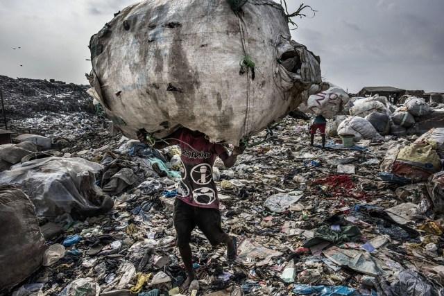 Wasteland – Páramo: los seres humanos producen más residuos que nunca. Las diferencias entre los sistemas de gestión de residuos documentados entre 2016 y 2017 en Yakarta, Tokio, Lagos, Nueva York, Sao Paulo y Ámsterdam investigan la forma en que las sociedades gestionan -o malgestionan- sus residuos. (Kadir van Lohuizen, Países Bajos)