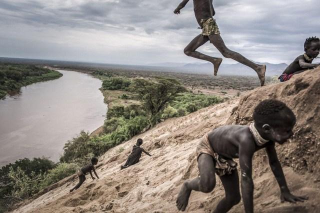 Omo Change – Cambio Omo: la región del Valle de Omo, en Etiopía, es un entorno natural extremadamente frágil que alberga a unos 200.000 habitantes de diversos grupos étnicos. Esta zona está cambiando rápidamente como resultado de la construcción de la presa Gibe III, que está teniendo un severo impacto ambiental y socioeconómico en la región. (Fausto Podavini, Italia)