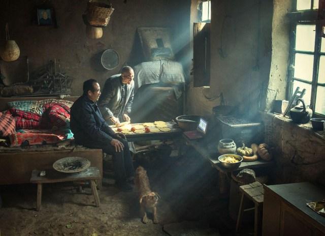 Earth Kiln – Horno de Barro: dos hermanos viven en un yaodong tradicional (cueva de horno), tallada en una ladera de la Meseta de Loes, en el centro de China. Las paredes revestidas de tierra tienen buenas propiedades de insulación, lo que permite a los residentes sobrevivir a inviernos fríos. (Huaifeng Li, China)