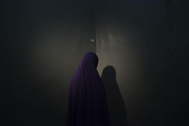 Boko Haram Strapped Suicide Bombs To Them. Somehow These Teenage Girls Survived – Boko Haram les ató bombas suicidas. De alguna manera estas adolescentes sobrevivieron: Retratos de niñas secuestradas por militantes de Boko Haram, tomadas en Maiduguri, estado de Borno, Nigeria. Las niñas estaban atadas con explosivos y se les ordenó que se volaran en zonas abarrotadas, pero lograron escapar y encontrar ayuda en lugar de detonar las bombas. (Adam Ferguson, Australia)