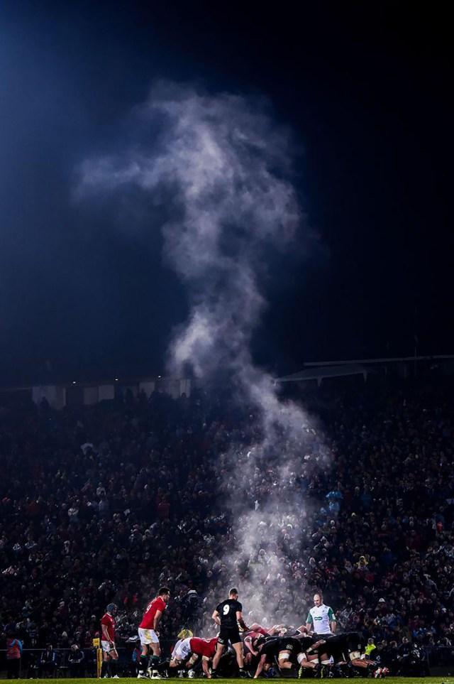 Steaming Scrum -Scrum humeante: Los Leones británico-irlandeses y los Māori All Blacks e enfrentan durante un partido en el Estadio Internacional Rotorua en Rotorua, Nueva Zelanda. (Stephen McCarthy, Irlanda)