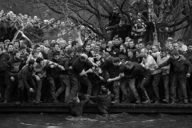 Royal Shrovetide Football: miembros de los equipos contrarios, los Up'ards y Down'ards, luchan por el balón durante el histórico partido anual Royal Shrovetide Football Match en Ashbourne, Derbyshire, Reino Unido. (Oliver Scarff, Reino Unido)