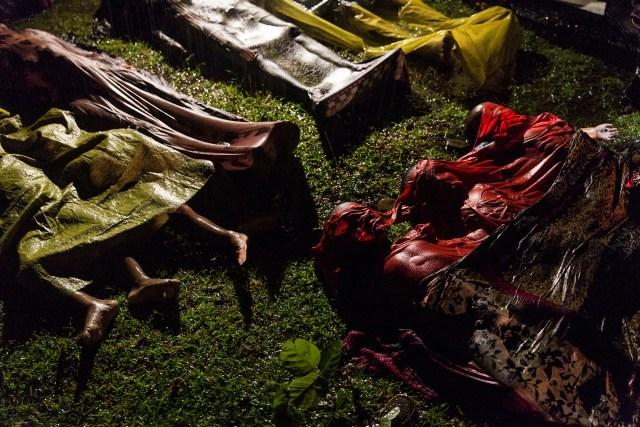 Rohingya Crisis – La crisis de los rohingyas: foto nominada para la Foto del Año y para la categoría Noticias Generales-Sencillos en el concurso de fotografía World Press. Los cadáveres de los refugiados rohingya están tendidos después de que el barco en el que intentaban huir de Myanmar se hundiera a unos ocho kilómetros de Inani Beach, cerca de Cox's Bazar, Bangladesh. Alrededor de 100 personas estaban en el barco antes de que se hundiera. Hubo 17 sobrevivientes. (Patrick Brown, Australia)