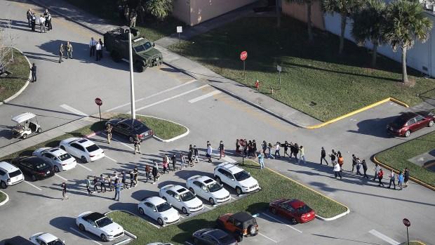 Foto aérea de la evacuación de la escuela secundaria. (AFP)