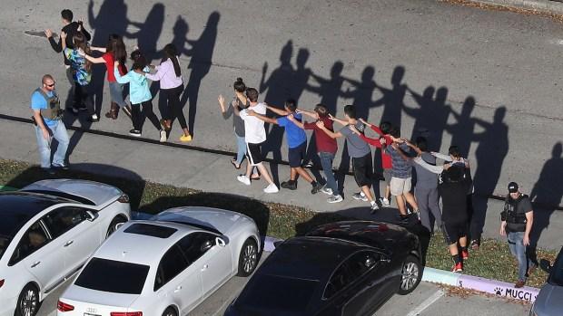 Los estudiantes de Marjory Stoneman Douglas evacúan la escuela en fila (AFP)