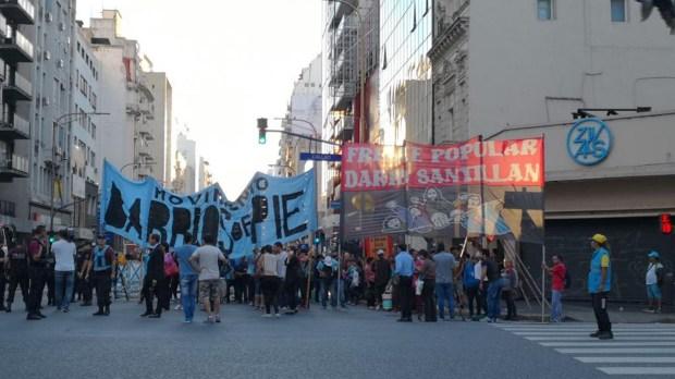 Manifestantes cortan parcialmente el tránsito en Callao y Corrientes (Foto: @cristobalcerv)