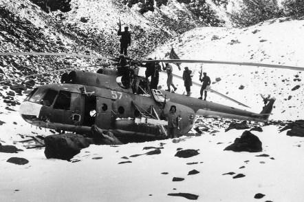 Rebeldes afganos celebran el derribo de un helicóptero Mil Mi-8 de transporte de tropas