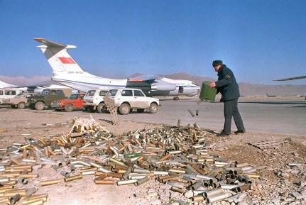 Un técnico de la fuerza aérea soviética descarta en 1989 los cartuchos vacíos de bengalas usadas por los aviones para desviar los misiles antiaéreos guiados por calor