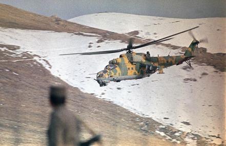"""Otro símbolo de la guerra: el helicóptero de ataque Mil Mi-24 """"Hind"""" protege un convoy que llevaba combustible y comida a Kabul en 1989 (AP)"""