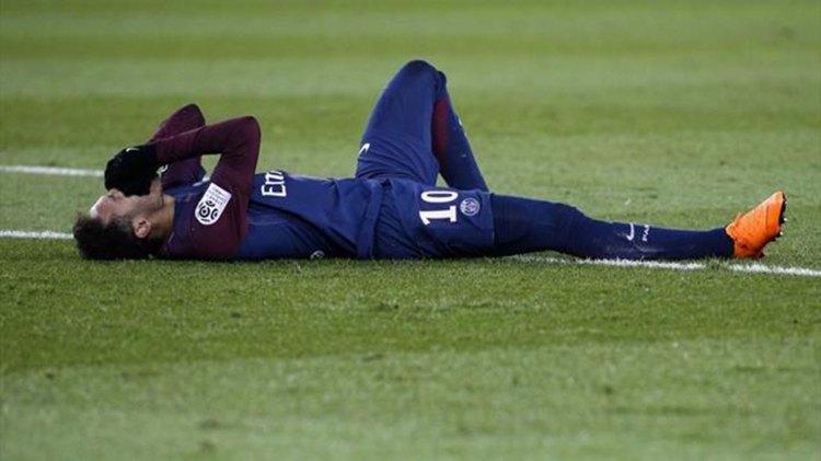 Neymar sufrió una fractura en el quinto metatarsiano del pie derecho y un esguince de tobillo