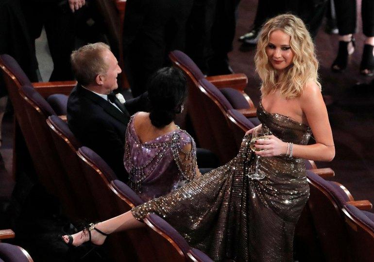 Jennifer Lawrence, copa en mano, en una pose muy extraña durante la ceremonia de los Oscar