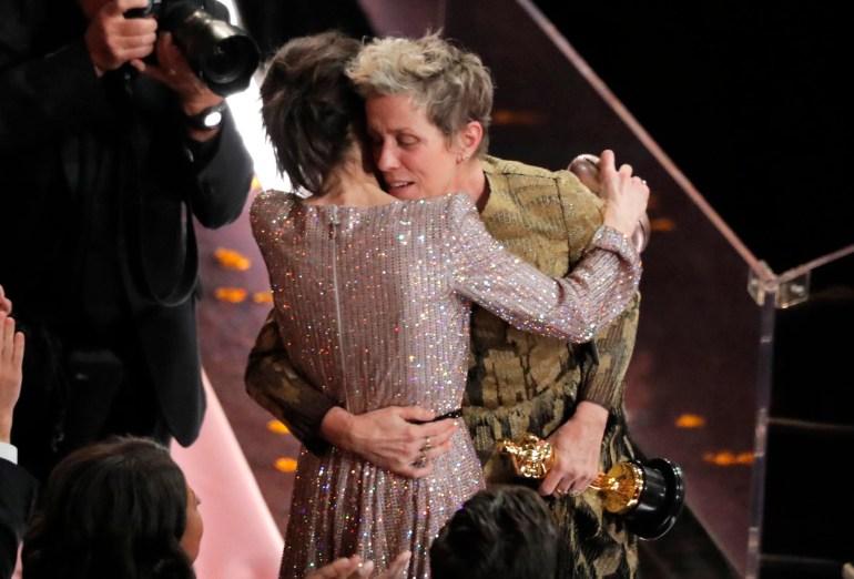 Sally Hawkins abraza a Frances McDormand, ganadora del premio a la Mejor Actriz tras su encendido mensaje por la igualdad de género