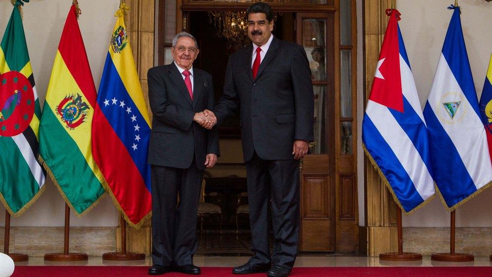 Raúl Castro junto a Nicolás Maduro (EFE)