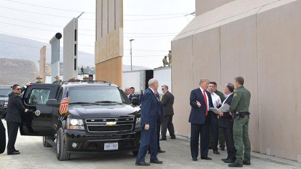 Donald Trump visitó días atrás la frontera con México para evaluar los proptotipos de muro (AFP)