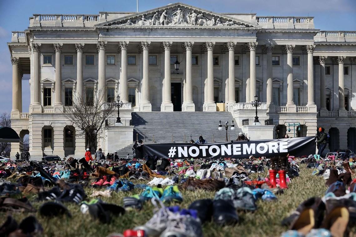 Una bandera con la frase #NiUnoMás también se instaló frente al Capitolio