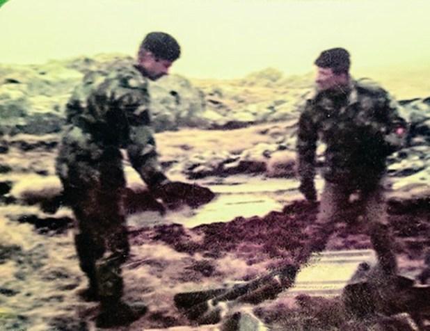 Cardozo en las islas, recogió los cuerpos de los soldados argentinos enterrados en los campos de batalla para darles digna sepultura
