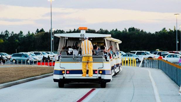 Un empleado se encarga de trasladar a los visitantes de regreso a sus vehículos