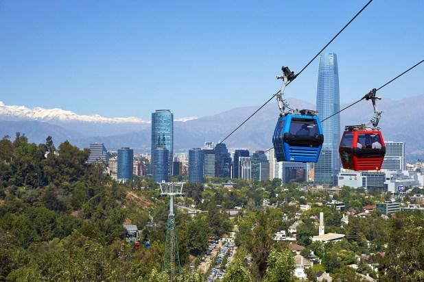 El famoso teleférico de Santiago se ubica en el Parque Metropolitano del Cerro San Cristóbal, en la ciudad de Santiago, Chile.