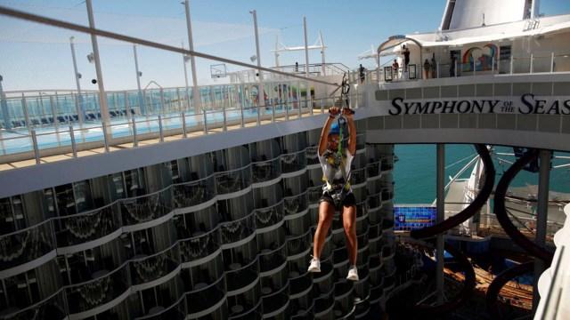 Es posible tirarse a través de una tirolesa desde un extremo del barco