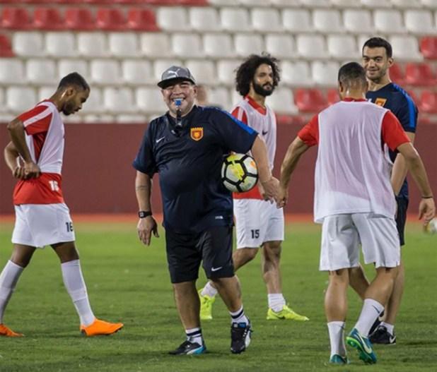 Maradona entrenando a su equipo en Dubai