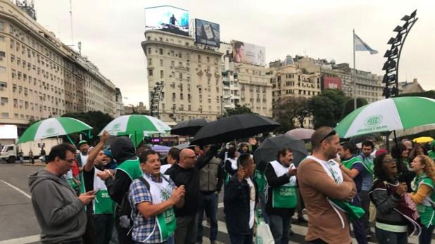 Trabajadores estatales nucleados en ATE cortaban hoy el cruce de las avenidas Corrientes y 9 de Julio. (@mechi_mora)