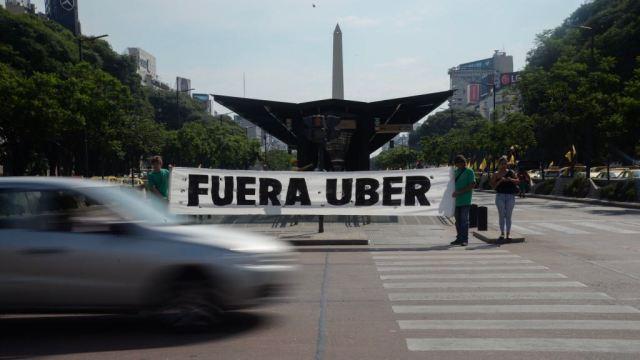 Una bandera contra Uber en una marcha en el centro porteño (Foto: Julieta Ferrario)