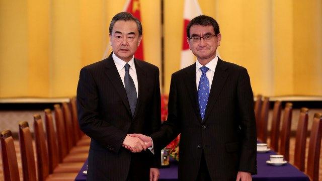 Taro Kono y Wagn Yi, cancilleres de Japón y China(Reuters)