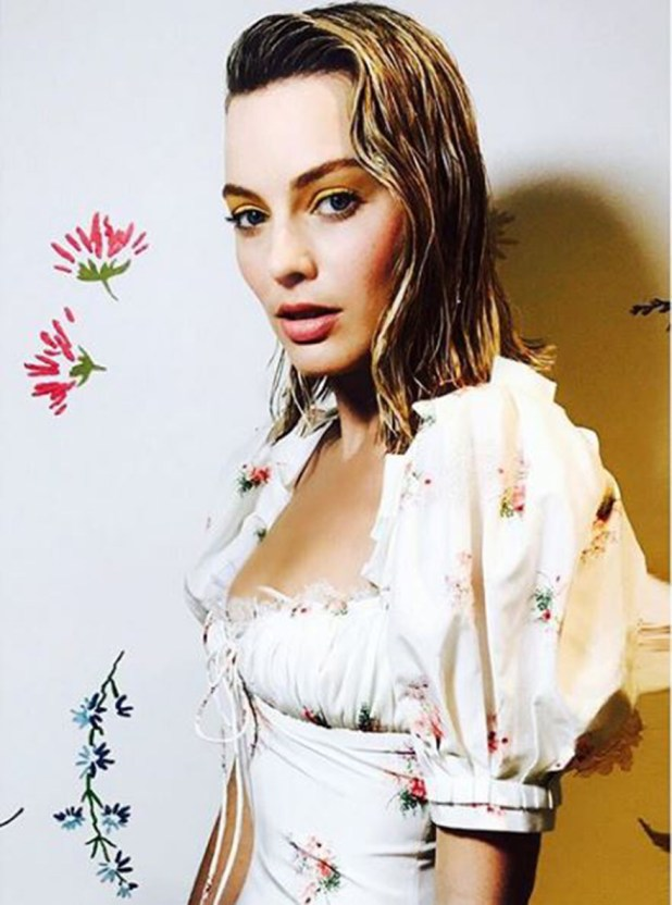 La modelo Margot Robbie fanática de este look versátil