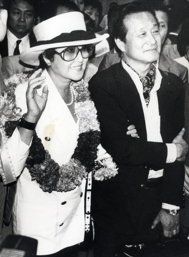 Esta foto tomada el 23 de mayo de 1989 y lanzada por Dong-A Ilbo el 17 de abril de 2018 muestra a la actriz coreana Choi Eun-hee y su esposo Shin Sang-ok llegando al aeropuerto de Gimpo en Seúl (AFP)