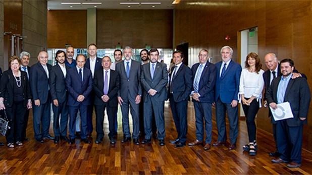 El ministro de Ciencia, Tecnología e Innovación Productiva, doctor Lino Barañao, el coordinador de GENis, Gustavo Sibilla, y autoridades en la firma convenio para utilizar el software en 14 laboratorios de todo el país