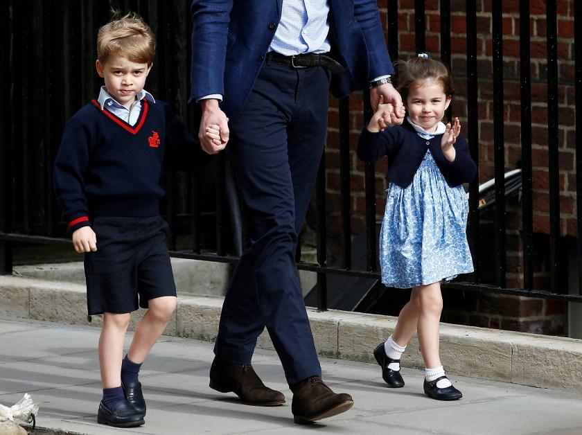 Los príncipes George y Charlotte de la mando del padre (Reuters)