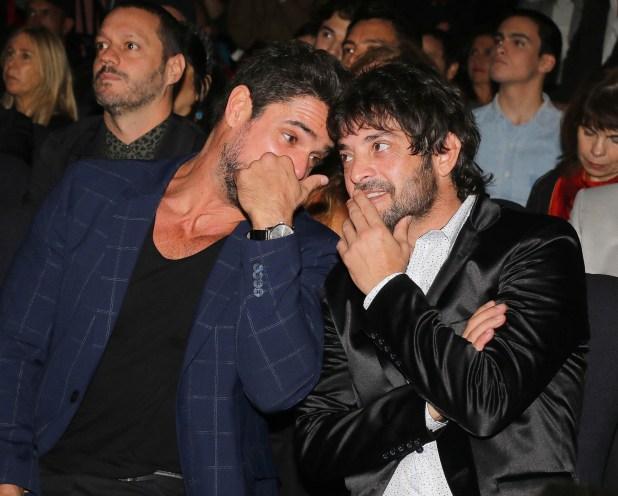 Luciano Castro y Pablo Rago, charlando durante la presentación de la comedia romántica