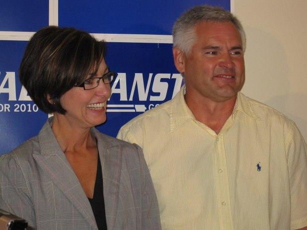 """La gobernadora Kim Reydolds (con su esposo, Kevin Reynolds) no ha dicho si promulgará la ley, pero su vocera recordó que es """"provida"""" (Wikipedia)"""