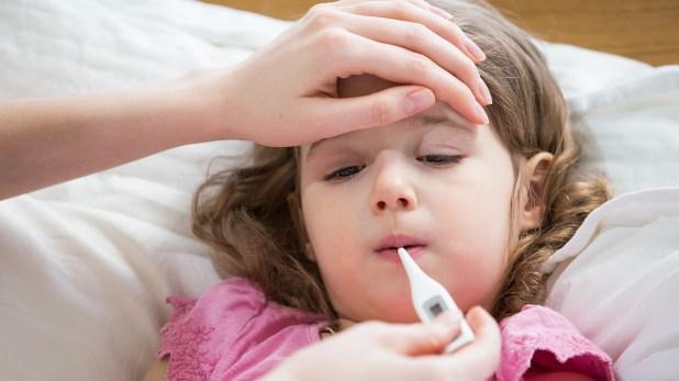 La consulta debe hacerse ante un niño que presenta fiebre alta y decaimiento general, aunque no le duela la garganta (Getty)
