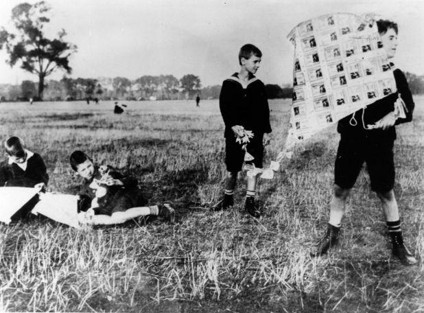 Una clásica imagen de los tiempos de Weimar: la hiperinflación ha dejado sin valor al marco alemán, para el que los niños encuentran otro uso