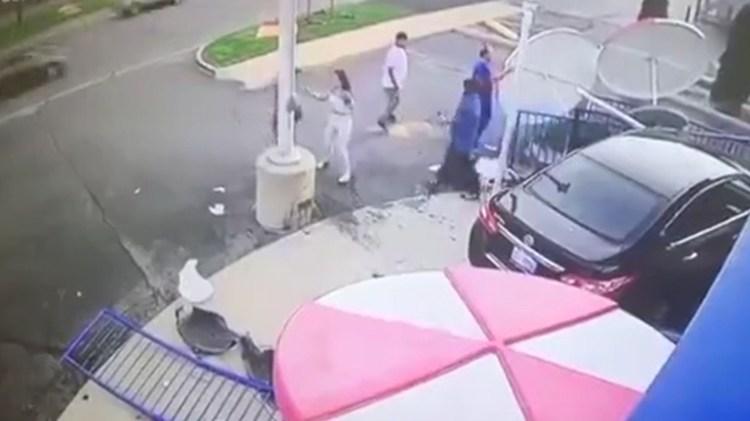 La niña que conducía el auto (de blanco) discute con una persona mientras su hermana se acerca (Captura de video)