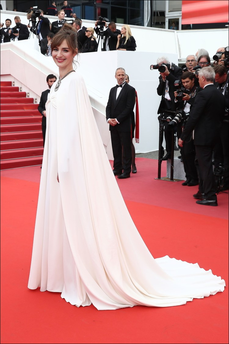 La actriz francesa Louise Bourgoin con look total white de Giambattista Valli