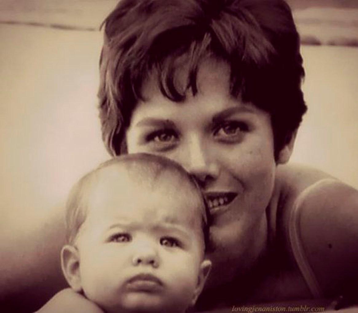 El 11 de febrero de 1969 nacía en Los Ángeles una niña llamada Jennifer Joanna Aniston. La relación con su madre estaba lejos de ser perfecta. Aniston la recuerda demasiado crítica y exigente.