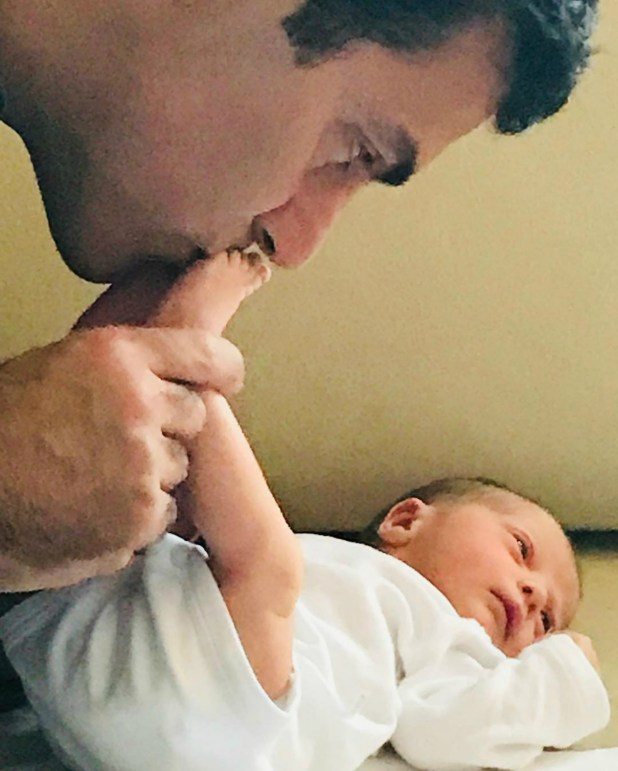 El gobernador Juan manuel Urtubey junto a la pequeña Isabelita. (Foto Instagram)