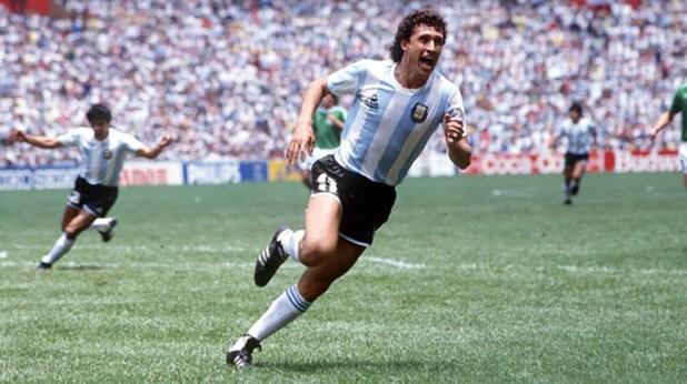 Valdano fue figura en la selección argentina en 1986, jugó en el Real Madrid y luego lo dirigió con Ángel Cappa como ayudante.